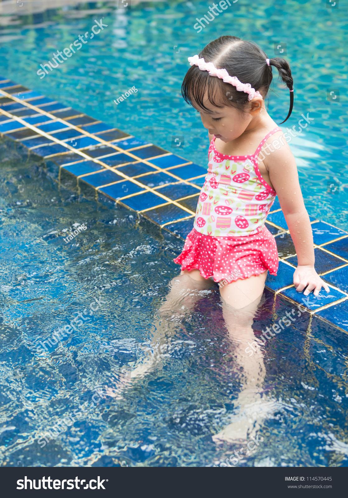 小女孩在游泳池游泳