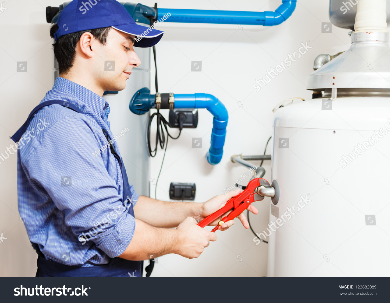 水管工修理热水器-工业,人物-海洛创意(hellorf)-中国