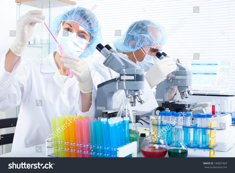 科学团队在实验室中使用显微镜-医疗保健,人物-海洛()