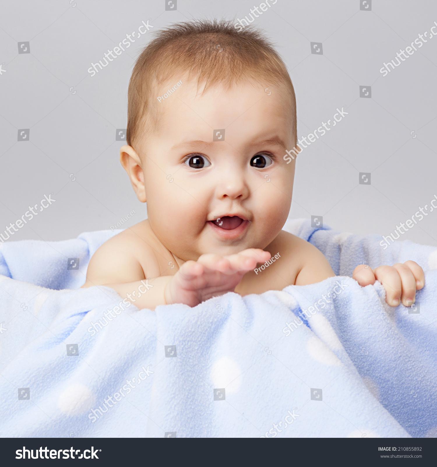小可爱的婴儿躺在篮子里-人物