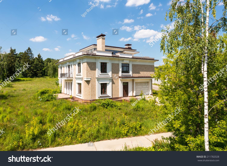 昂贵的豪宅在著名的现代俄罗斯的绿色草地-建筑物