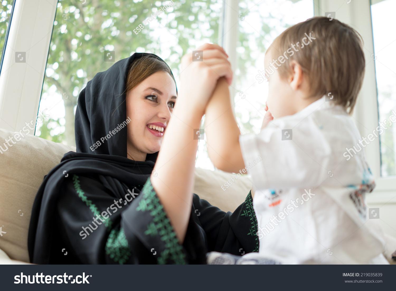 美丽的阿拉伯家庭,母亲和可爱的宝宝-人物-海洛创意()