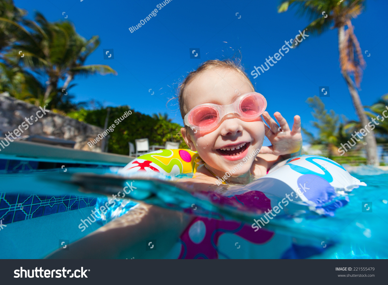 可爱的小女孩在游泳池玩在暑假期间