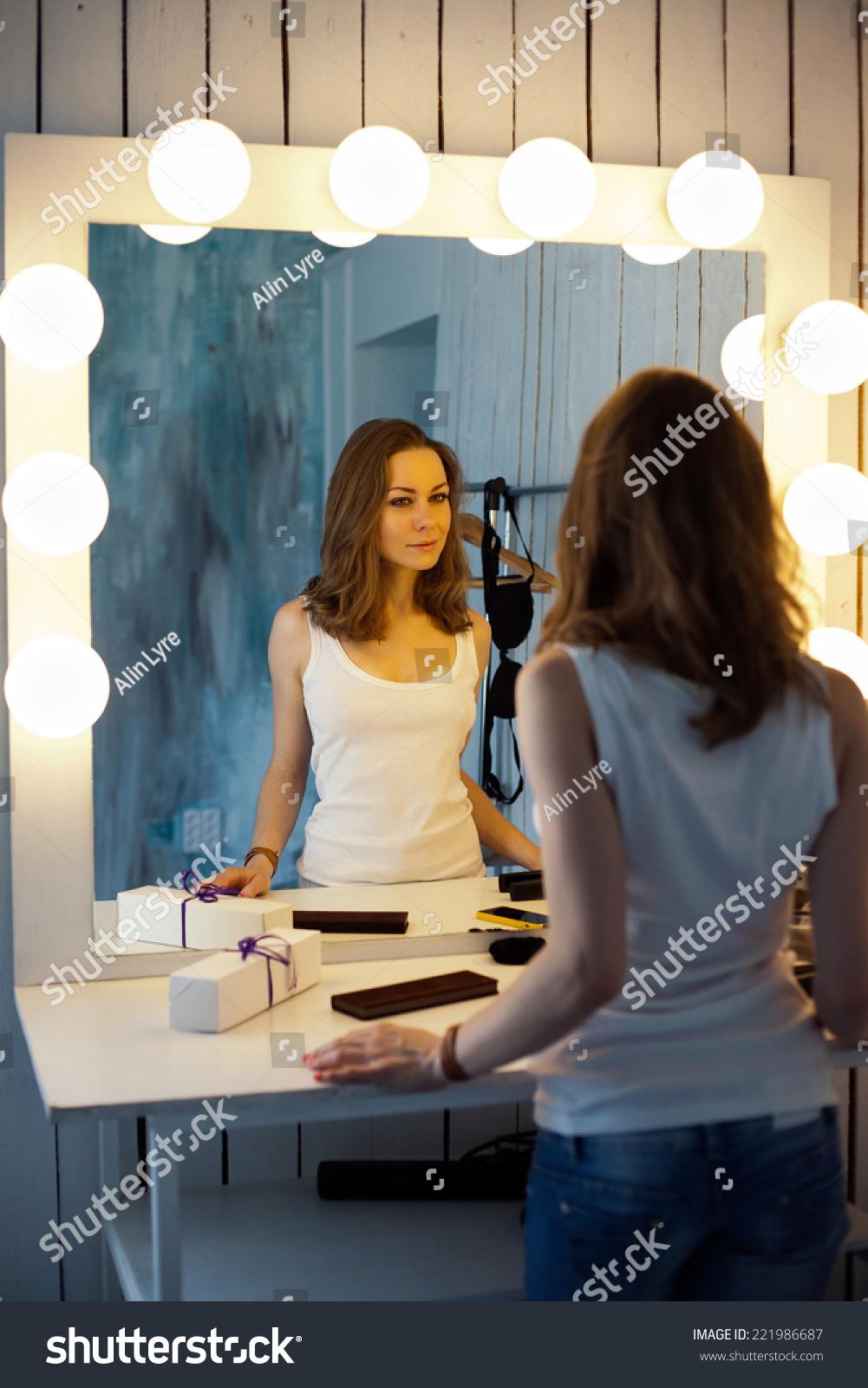 年轻漂亮的女人照镜子