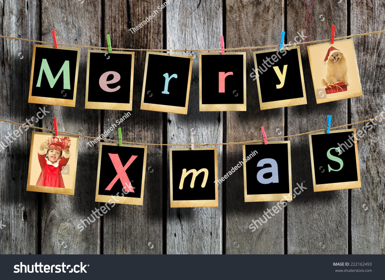 圣诞快乐的话挂在晾衣绳上的木板背景.-假期,复古风格