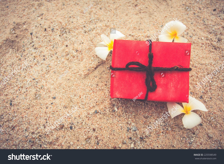 礼物盒从自然背景和鲜花在沙地上,复古色调.圣诞节和.