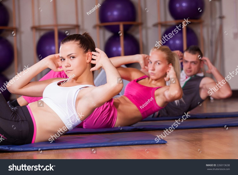 拉伸彼拉多锻炼在健身房