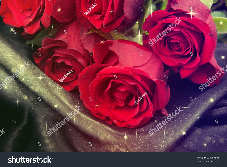 红玫瑰在黑色缎.-背景/素材,物体-海洛创意(hellorf)
