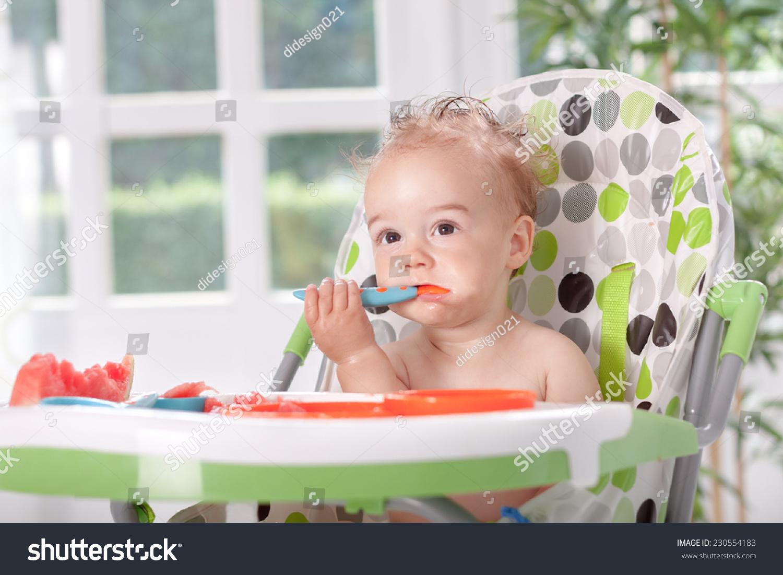 可爱的宝宝用勺子吃西瓜-食品及饮料,人物-海洛创意()