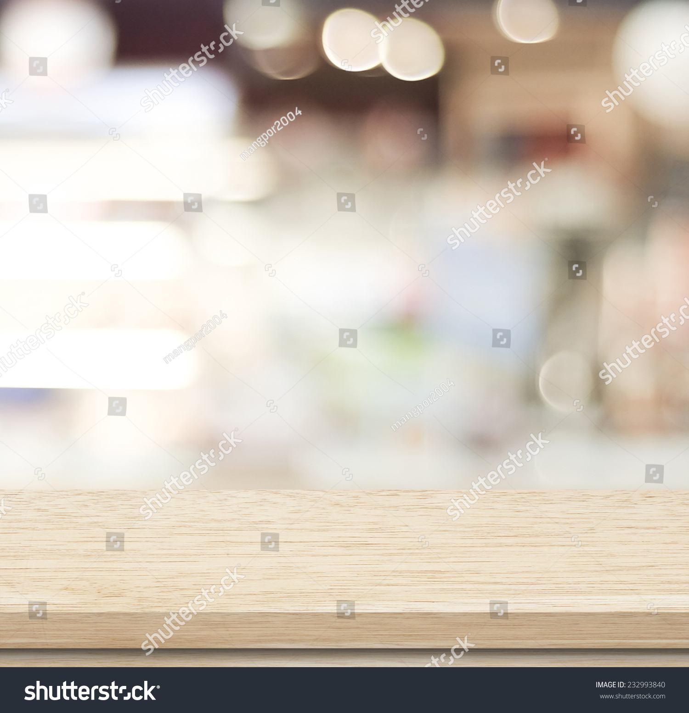 空木桌子和模糊的咖啡馆与背景虚化背景光