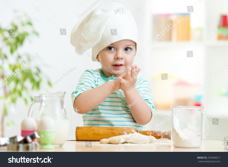贝克的孩子的小女孩在厨房厨师的帽子-食品及饮料,-()