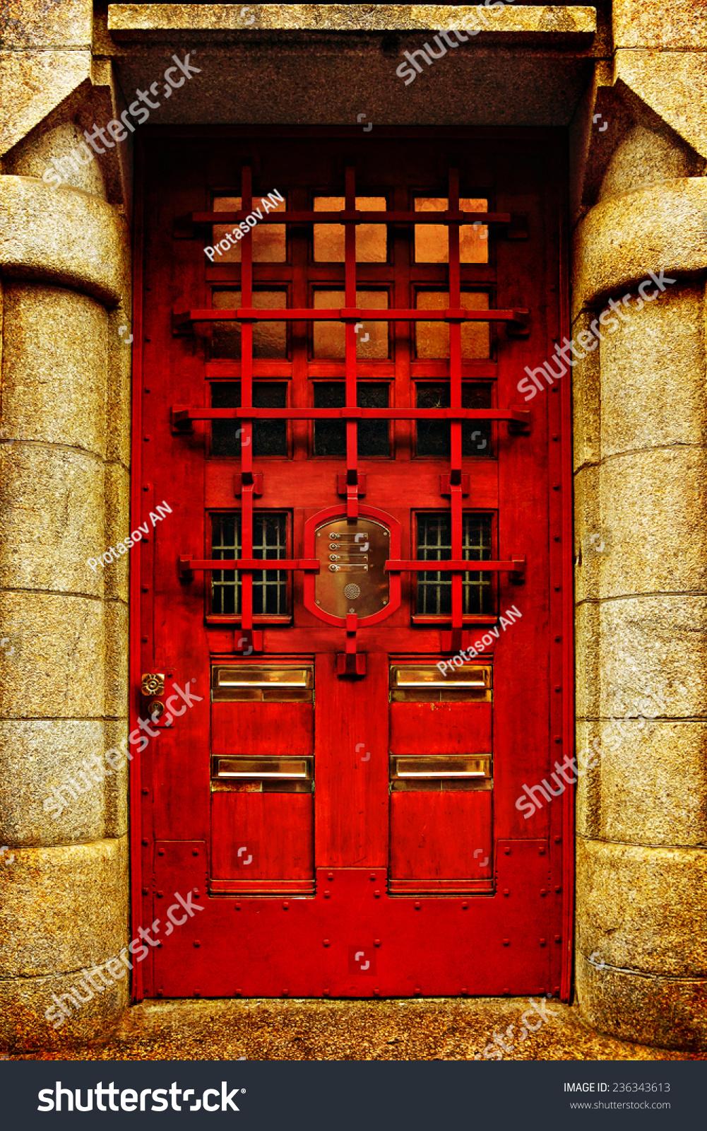 红色木质玻璃门的红砖古典建筑,欧洲.建筑的主题.复古