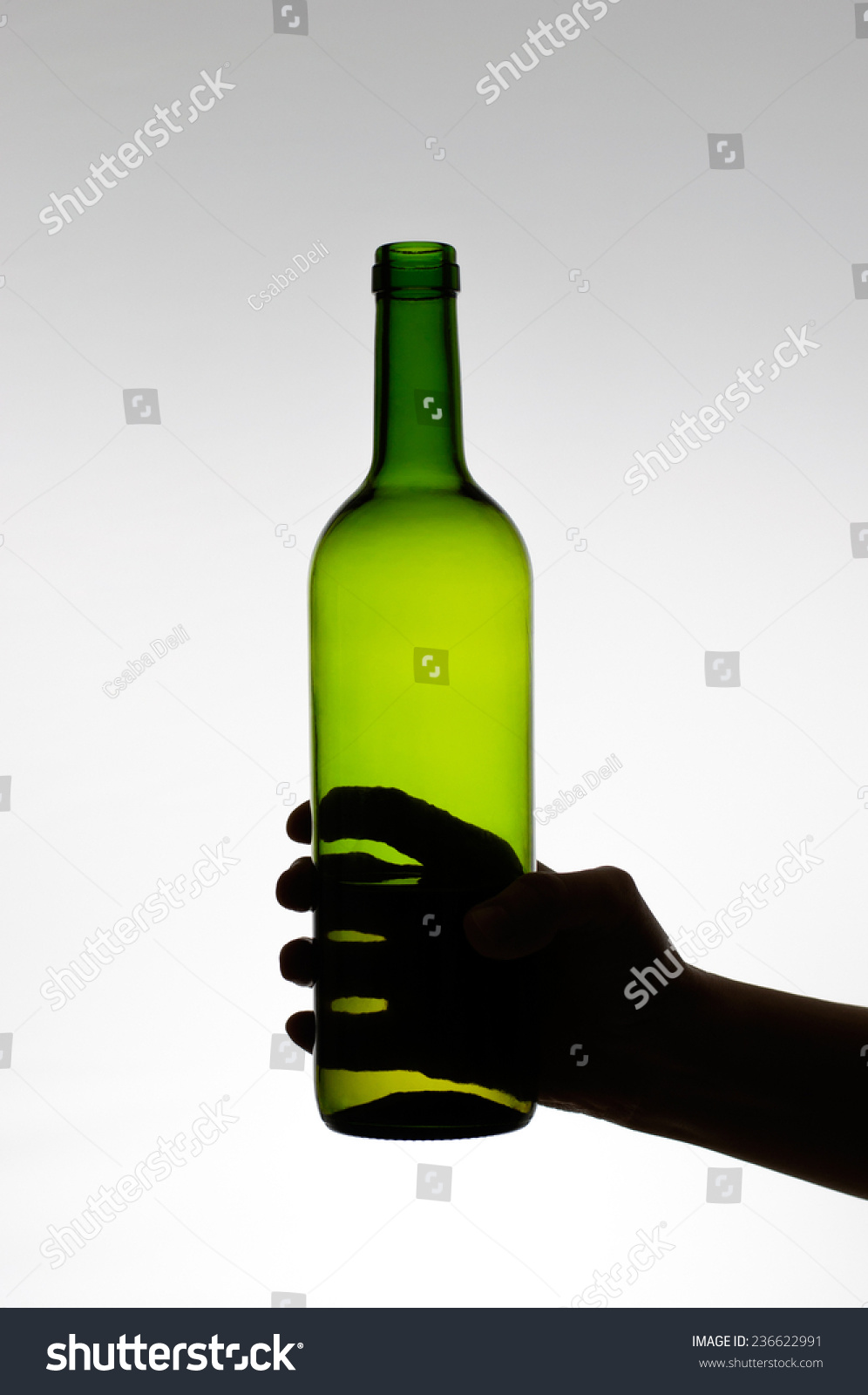 一只手拿着一个绿色的酒瓶的轮廓-食品及饮料,物体-()