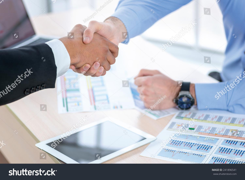 两个自信的商人在办公室里坐在谈判桌
