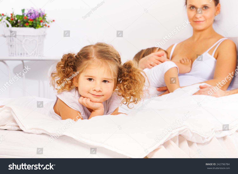 可爱的女孩和母亲喂养儿子在白色的床上-人物-海洛()