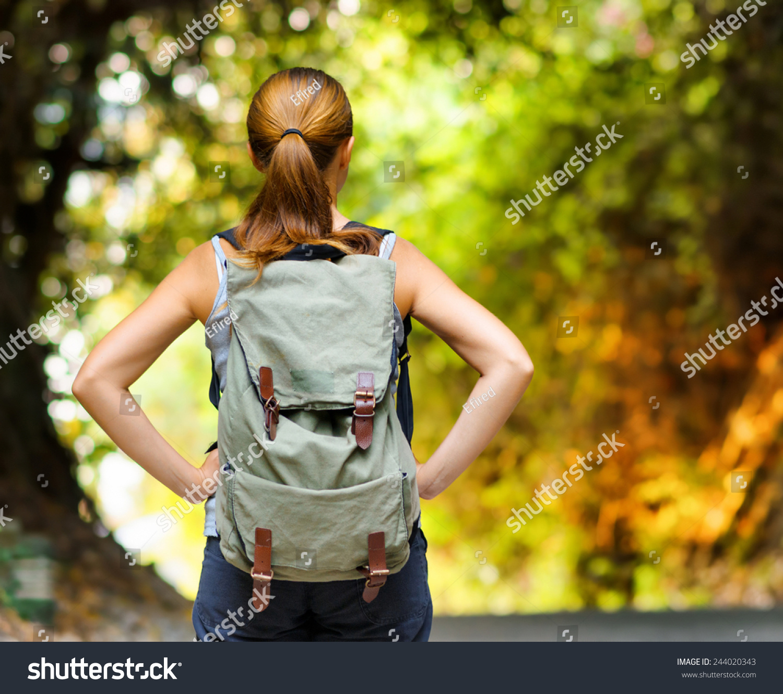 年轻女子与背包徒步旅行.