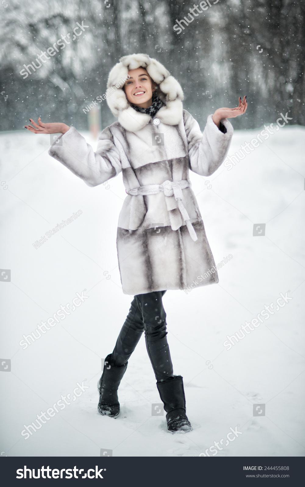 女人玩得开心在冬天下雪的森林