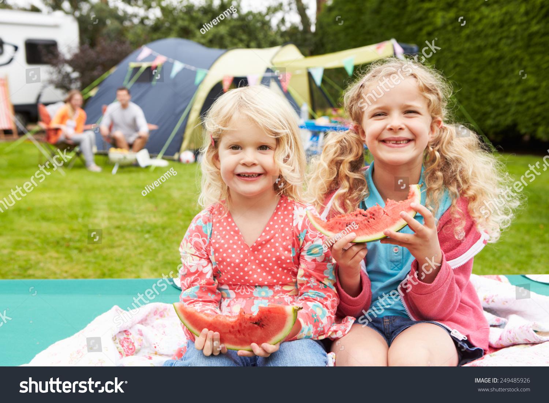 儿童享受野餐在家庭野营度假图片
