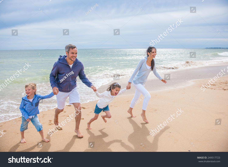一四人一家人在海边玩耍