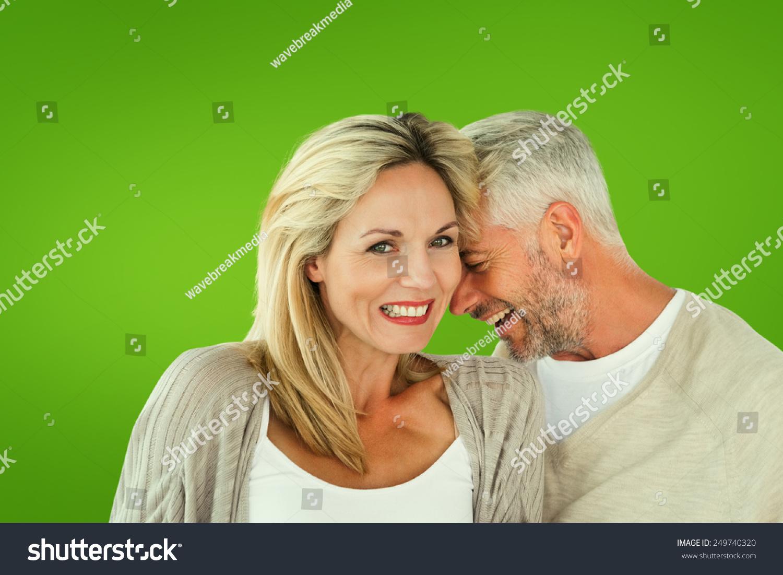 幸福的夫妻在一起开怀大笑的女人注视镜头对绿色的