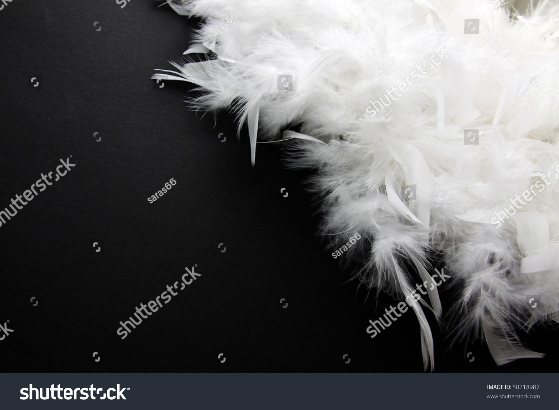 白色羽毛黑色背景-背景/素材