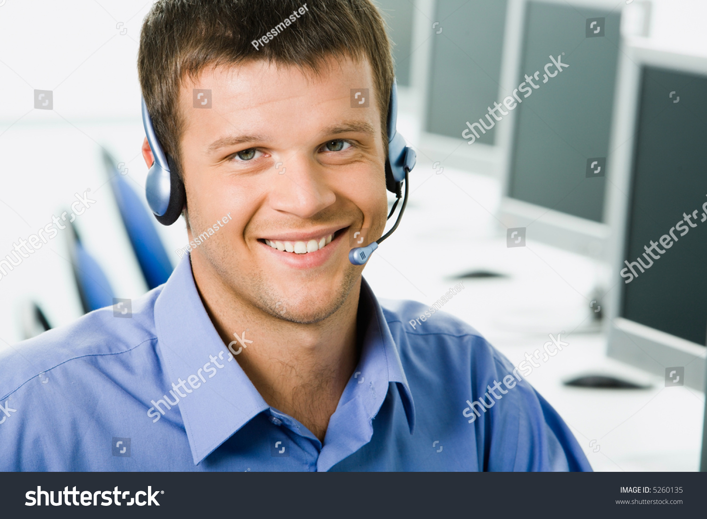 友好的电话接线员在电话交谈中微笑-商业/金融