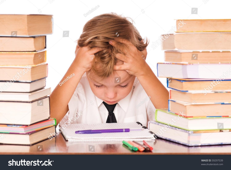 一个可爱的小男孩坐在图书馆前的肖像.白底.-人物,-()
