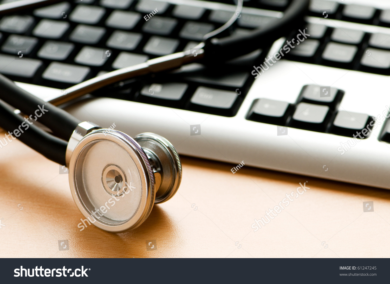 听诊器和键盘说明数字安全的概念