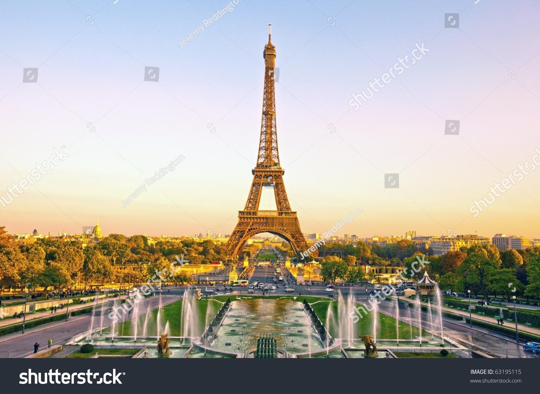 法国巴黎的埃菲尔铁塔在日落时分-符号/标志