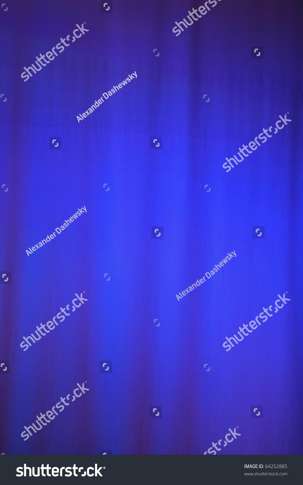 沉重的淡蓝色的窗帘前的性能