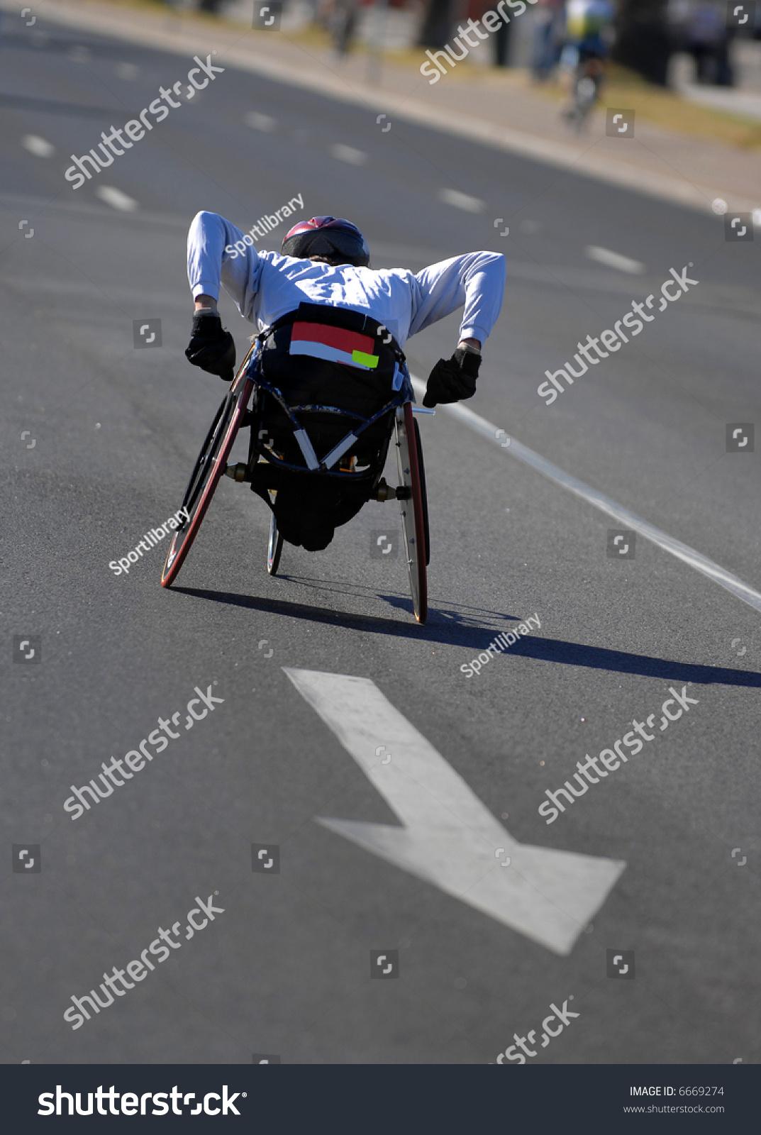 独坐轮椅的运动员