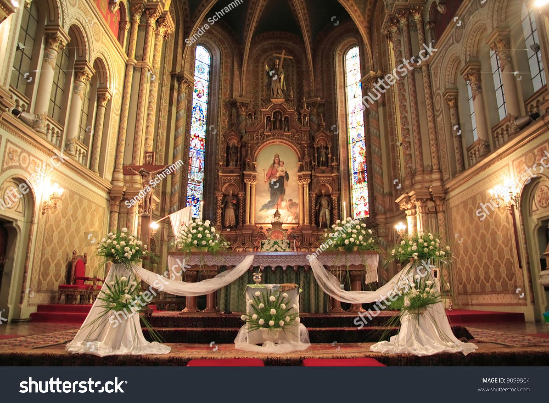 室内的天主教堂,婚礼装饰精美